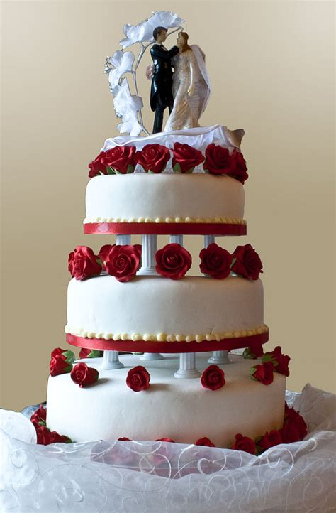 File:Wedding cake with pillar supports, 2009